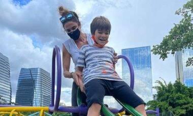 Luciana Gimenez brinca com o filho em área infantil de parquinho