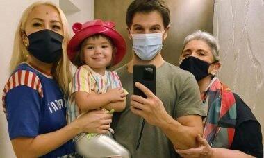 Momento família: Sabrina, Duda, Zoe e Leda aparecem em selfie no espelho