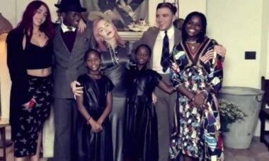 Madonna posta vídeo ao lado dos seis filhos
