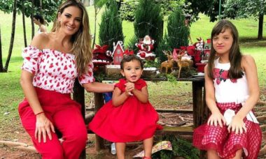 Em clima natalino Ticiane Pinheiro posa ao lado das filhas e César Tralli se declara