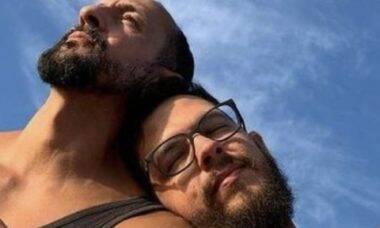 Marido de Irandhir Santos publica momentos românticos ao lado do ator