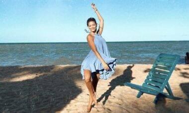 Vitória Strada aparece dançando na areia da praia