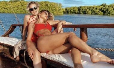 Após anúncio de noivado, Vitória Strada e Marcella Rica posam juntas em barco