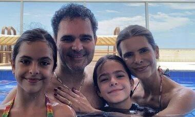 """Luciano Camargo faz a barba e comenta sobre reação da família: """"Até o cachorro não gostou"""""""