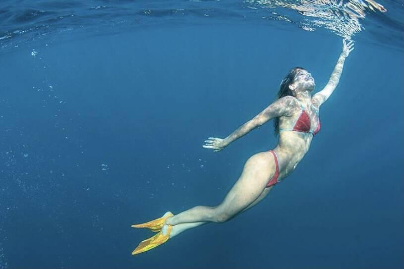 """Isabella Santoni posta clique nadando em Fernando de Noronha: """"Se permita ser oceano"""""""