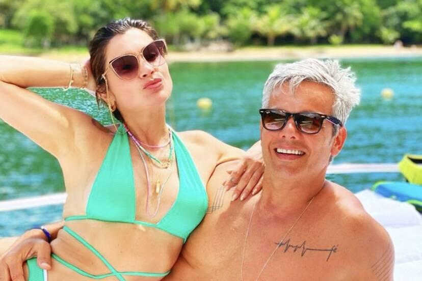 Flávia Alessandra e Otaviano Costa curtem passeio de barco juntinhos