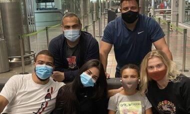 Ronaldo aparece no aeroporto de Madrid com Celina Locks, filhos, nora e irmão