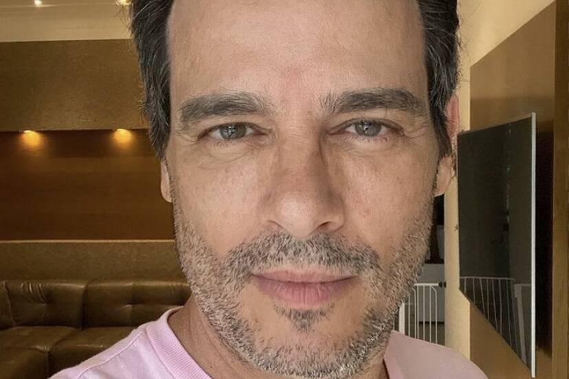 """Celso Portiolli corta o próprio cabelo em casa: """"Preciso aparar sobrancelhas"""""""