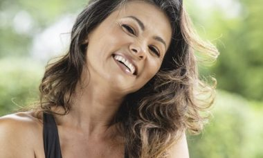 Suzana Alves reflete sobre a transição para os cabelos grisalhos