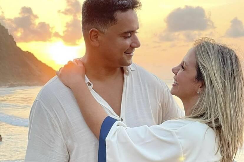 Carla Perez e Xanddy chegam a Fernando de Noronha para viagem romântica