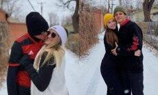Filhas gêmeas de Gugu Liberato curtem neve em viagem aos EUA com os namorados