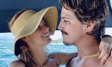 Romulo Arantes aproveita passeio de barco com a namorada