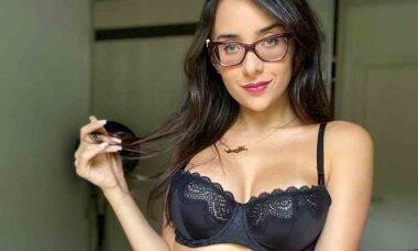 """Irmã de Juliana Caetano exibe corpão e brinca com fãs: """"O que te faz ver estrelas?"""". Foto: reprodução Youtube"""