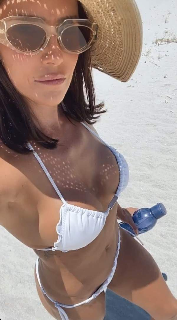 Deborah Secco curtindo praia deserta