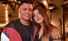 Felipe Araújo e Estella Defant celebram um ano de namoro com declarações apaixonadas