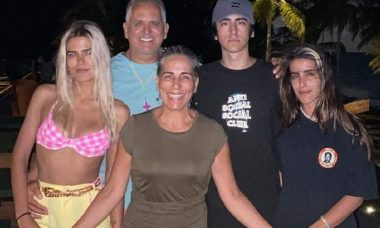 Gloria Pires posa ao lado da família e relembra momento especial