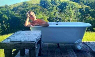 Flávia Alessandra posa curtindo banho de banheira ao ar livre