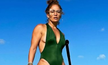 Jennifer Lopez surge radical praticando stand-up paddle em ilha