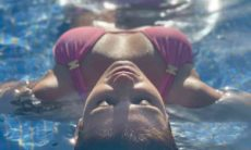 Paula Fernandes posa belíssima de biquíni na piscina e causa na web: ''Que perfeição''. Foto: Reprodução Instagram