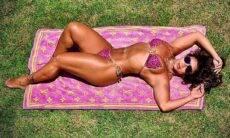 De biquíni Viviane Araújo exibiu o bronzeado ao posar com toalha de mais de R$ 3 mil