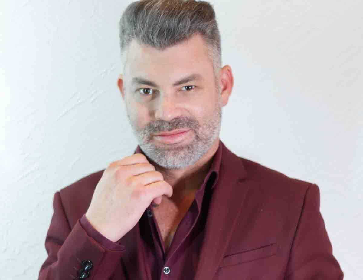O 'Rei do corte Chanel': influenciador e cabeleireiro Nell Carmo faz sucesso nas redes sociais. Foto: Divulgação