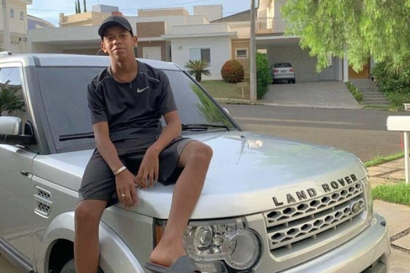 """Aos 13 anos, MC Bruninho posa com carro de R$ 260 mil e agradece: """"Deus abençoou"""""""