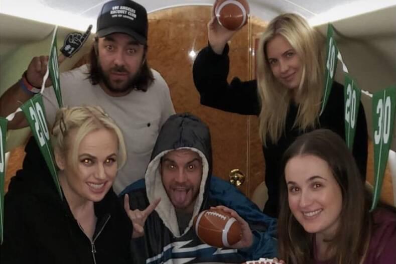 Rebel Wilson viaja em jatinho com os amigos para ver o Super Bowl