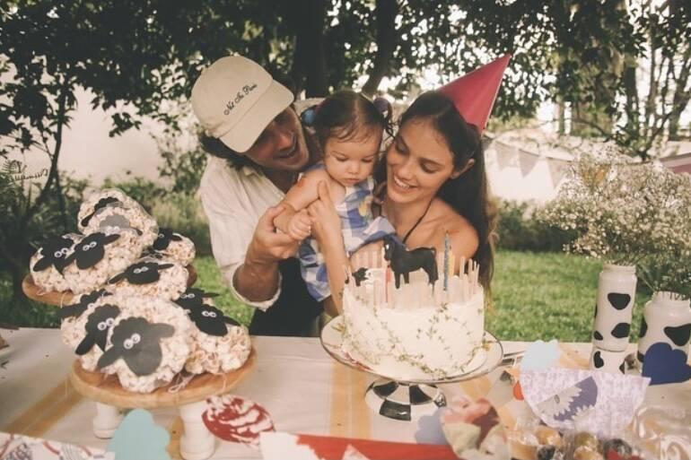 Laura Neiva mostra fotos do primeiro aniversário da filha, Maria