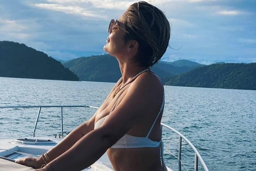 """Flávia Alessandra curte passeio de barco e brinca: """"Era sol que me faltava"""""""