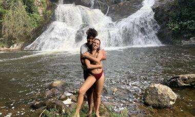 """Bruna Linzmeyer posta clique na cachoeira ao lado da namorada: """"Uma bebê dessas"""""""