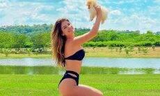 Paula Fernandes posa com o cachorrinho em um clique fofo