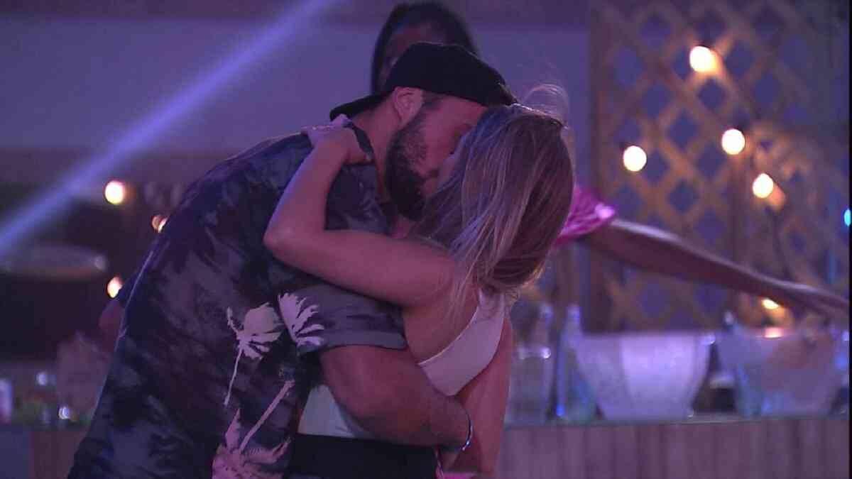 BBB 21: Arthur e Carla Diaz se beijam na Festa do Líder