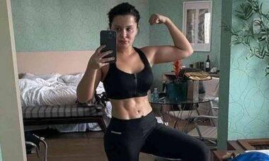 """Maraisa posa exibindo barriga tanquinho: """"virei a garota que treina no quarto de hotel"""""""