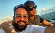 Apresentador da Record se assume gay e revela namoro com jovem 26 anos mais jovem