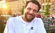 Rodrigo Lombardi posa sorridente em clique raro ao lado da família