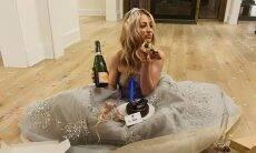 Kaley Cuoco perde Globo de Ouro e se consola com champanhe, pizza e bolo