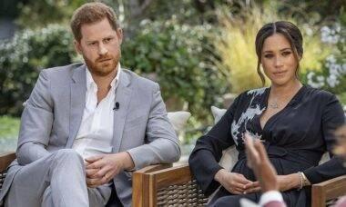"""Príncipe Harry revela que o racismo foi """"grande parte"""" do motivo para deixar o Reino Unido"""