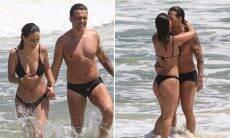 Gabi Brandt e Saulo Poncio curtem dia de praia e trocam beijos no Rio