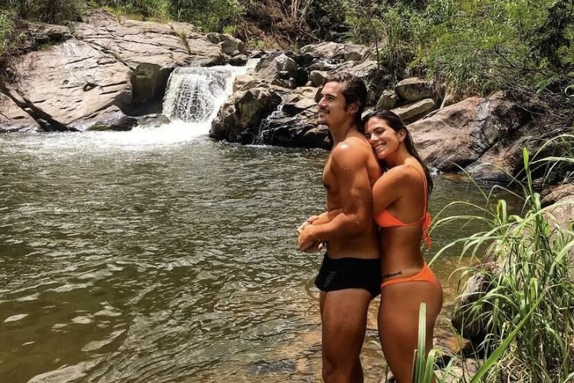 """Nicolas Prattes curte cachoeira com a namorada e """"volume"""" não passa despercebido"""
