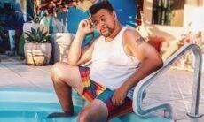 Babu Santana posa na piscina de sua casa: 'não desista dos seus sonhos'