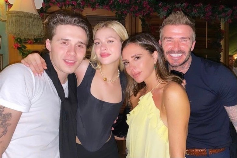 """Brooklyn Beckham curte noite com a noiva e os pais: """"Minhas pessoas preferidas"""""""
