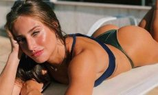 Bruna Griphao posa apenas de biquíni exibindo abdômen trincado