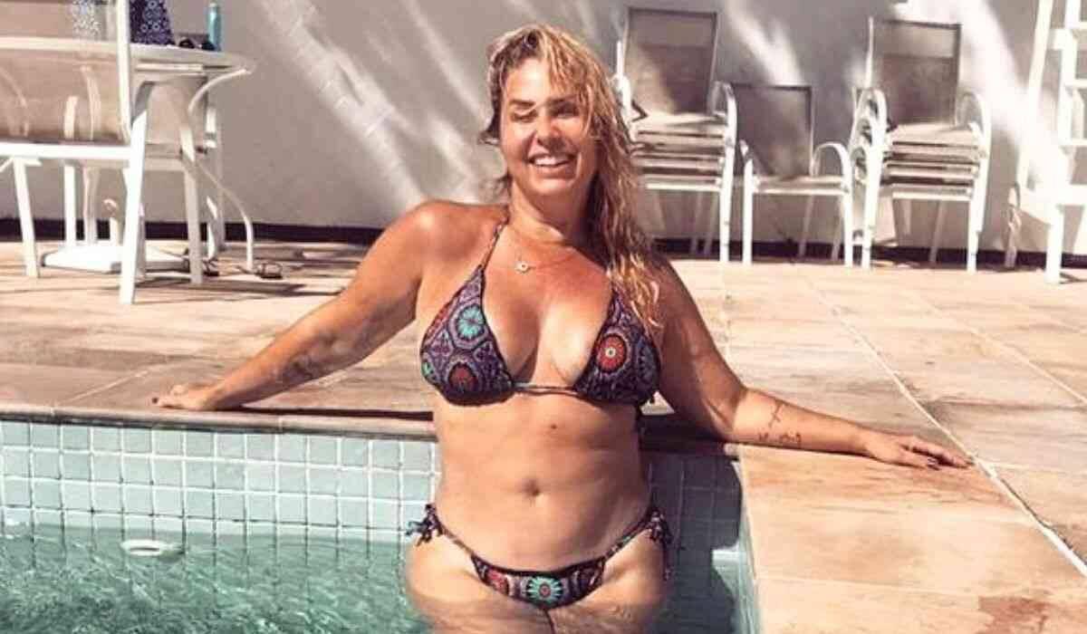 Andréa Sorvetão posa de biquíni e fãs elogiam 'corpo real' da ex-paquita