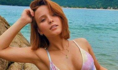 Larissa Manoela exibe estrias em clique de biquíni: 'marcas de evolução'