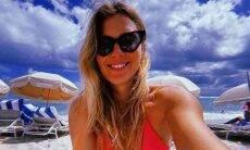 Carolina Dieckmann posa em praia mas é alertada: 'fique em casa loira'