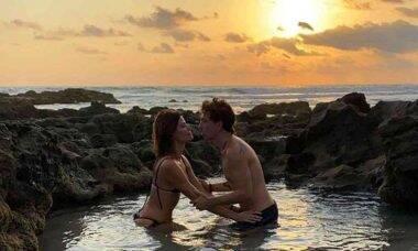 Di Ferrero e esposa curtem piscina natural durante viagem à Costa Rica