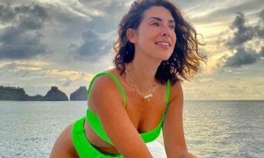 "Fernanda Paes Leme posa andando por praia deserta: ""sem olhar para trás"""