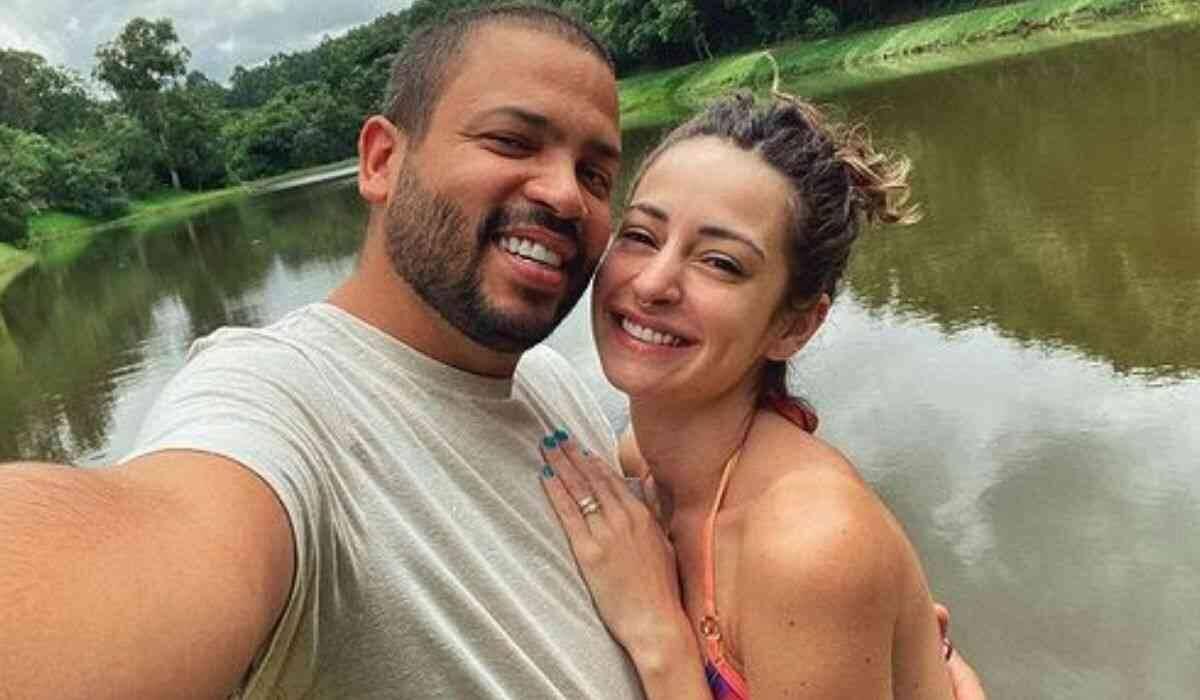 """Esposa de Projota explica motivo dele recusar lasanha no BBB 21: """"intolerante"""""""