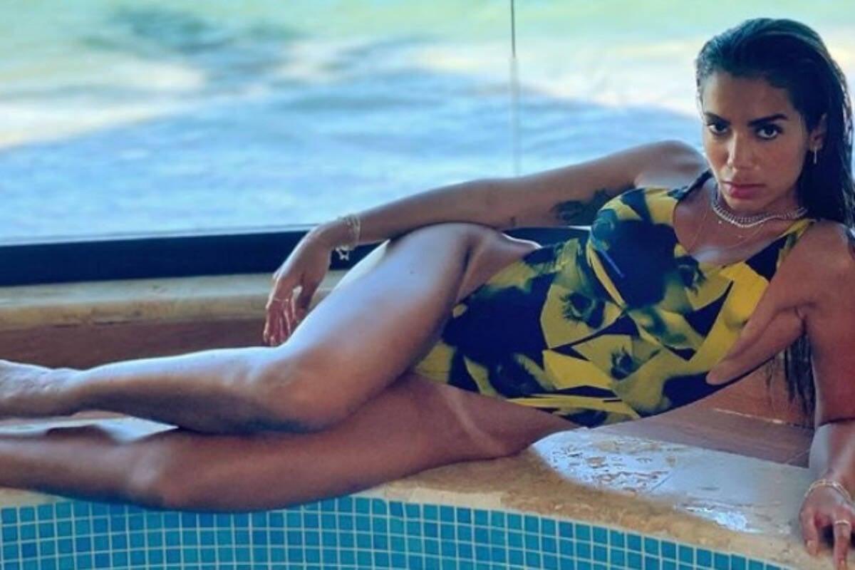 Anitta posa de maiô e exibe marquinha de bronzeado