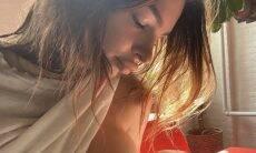 """Emily Ratajkowski compartilha amamentação do filho: """"Menino lindo"""""""